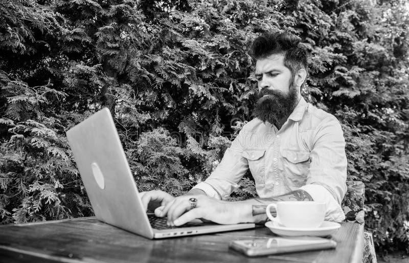 Получать доступ к онлайн образованию Изучать студента университета онлайн Взрослая тренировка учащийся через онлайн курсы стоковая фотография