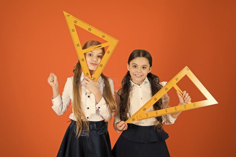 Получать назад к квадратным корням Маленькие девочки подготавливают для урока геометрии Небольшие девушки назад в школу E стоковые изображения rf