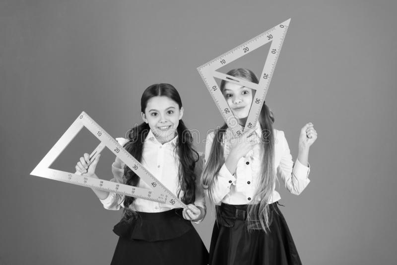 Получать назад к квадратным корням Маленькие девочки подготавливают для урока геометрии Небольшие девушки назад в школу E стоковая фотография