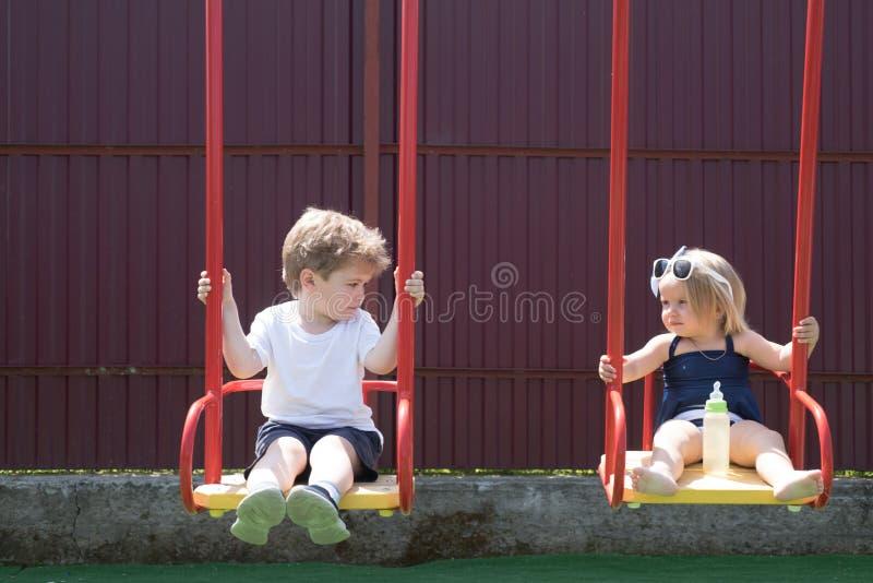 Получать свежую стрижку Парикмахерская для детей Небольшие брат и сестра наслаждаются сыграть совместно Стрижка девушки и мальчик стоковые фото