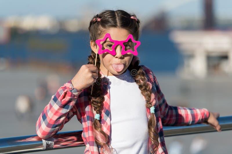 получающ партию готовой Малая капризная девушка имея потеху Модные стекла для торжества Стильный взгляд непослушливо стоковая фотография