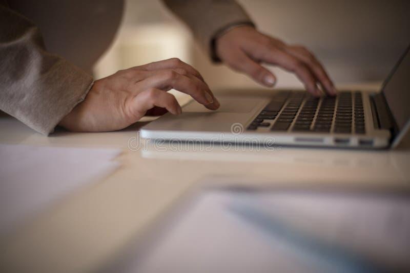 Получение доступа к сети Wifi офиса стоковое изображение