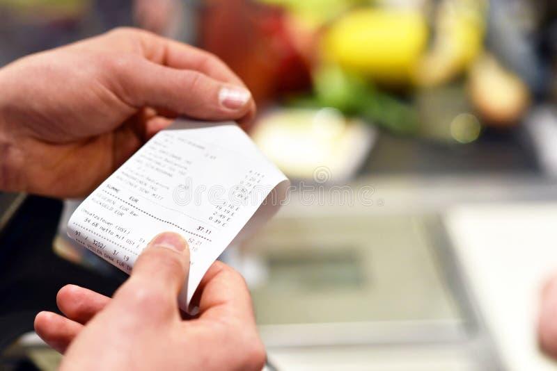 Получение после оплаты в супермаркете стоковые изображения