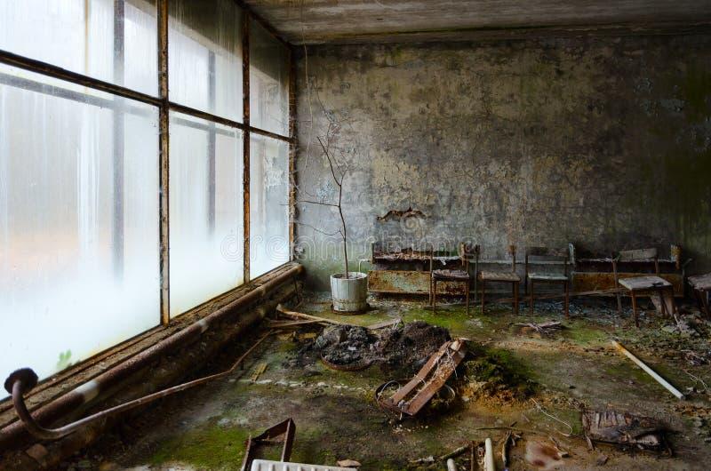 Получившаяся отказ зала в больнице, мертвом город-привидении Pripyat, зоны отчуждения атомной электростанции Чернобыль, Украины стоковые изображения rf