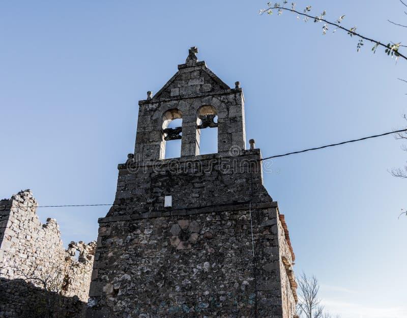 Получившаяся отказ старая церковь в горном селе стоковые изображения rf