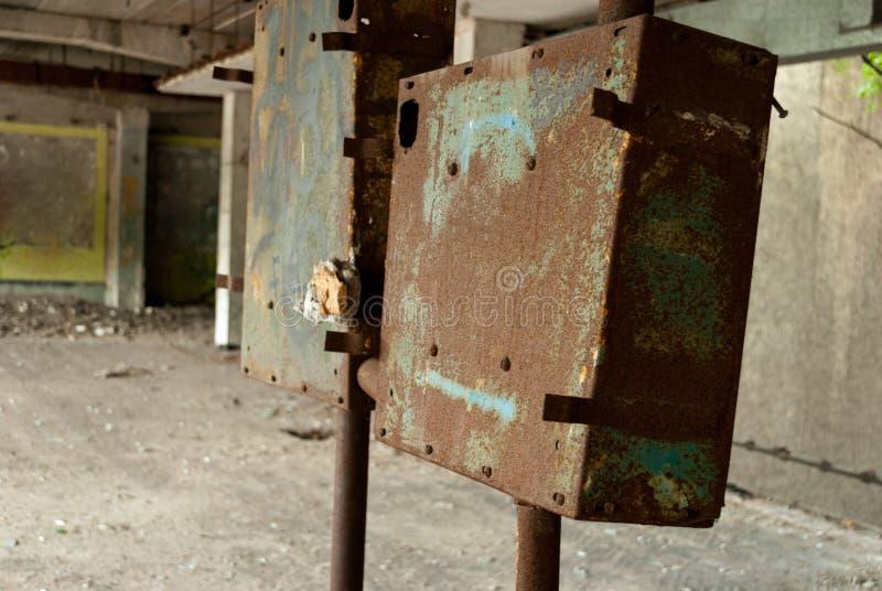 Получившееся отказ здание, ржавые сообщения, оборудование, руины, сломленные окна стоковое фото rf