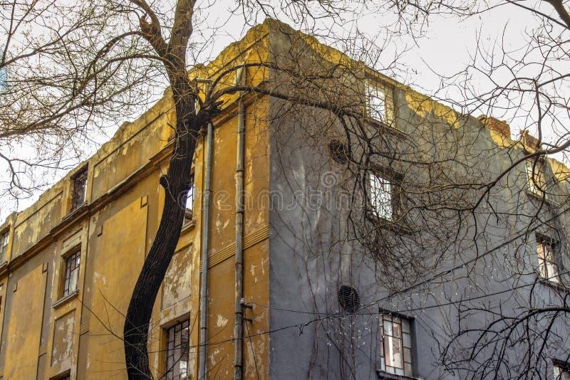 Получившееся отказ историческое здание над 100 летами стоковое изображение