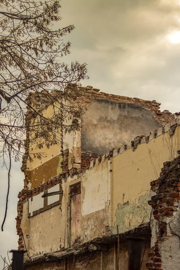Получившееся отказ историческое здание над 100 летами стоковая фотография