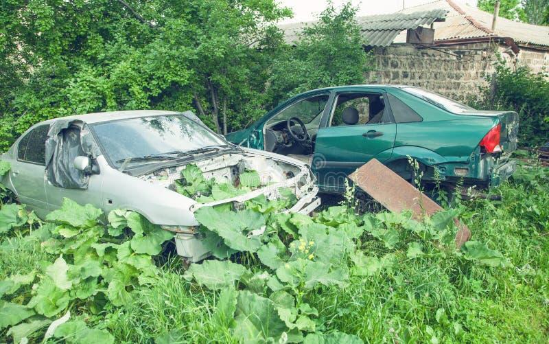 Получившиеся отказ автомобили в зеленом лесе стоковое фото rf