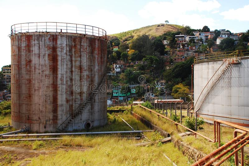 Получившиеся отказ масляные баки около Residencial Neibourhood в Vitoria, Brazil_07 стоковое фото rf