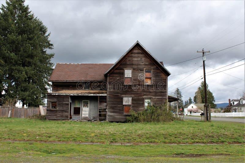 Получившийся отказ дом в падениях гранита, взгляд со стороны WA с конкретным сводом во дворе перед входом стоковые фото