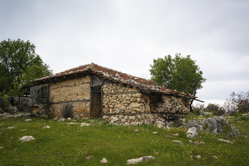 Получившийся отказ дом на сельской местности стоковые фото