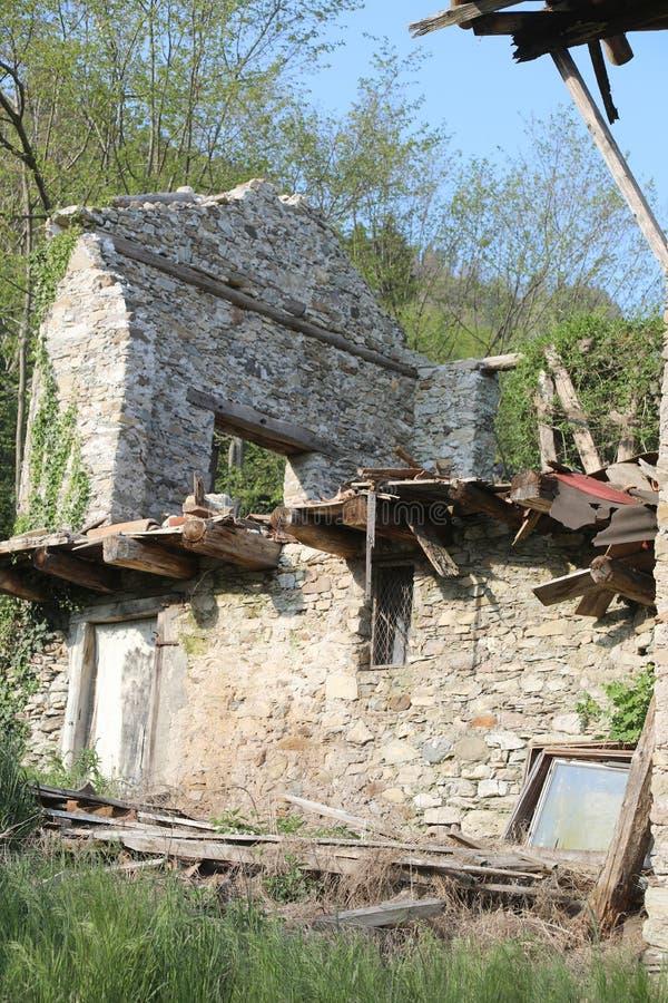 получившийся отказ дом после ужасного землетрясения в области вызвал стоковая фотография rf