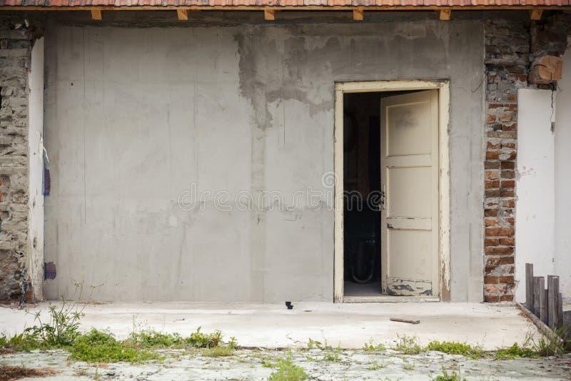 Получившийся отказ дом с открытой старой дверью стоковое фото rf