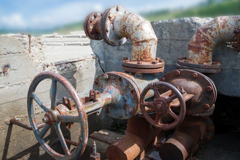 Получившийся отказ конкретный колодец со старыми клапанами вод-ворот стоковое изображение rf
