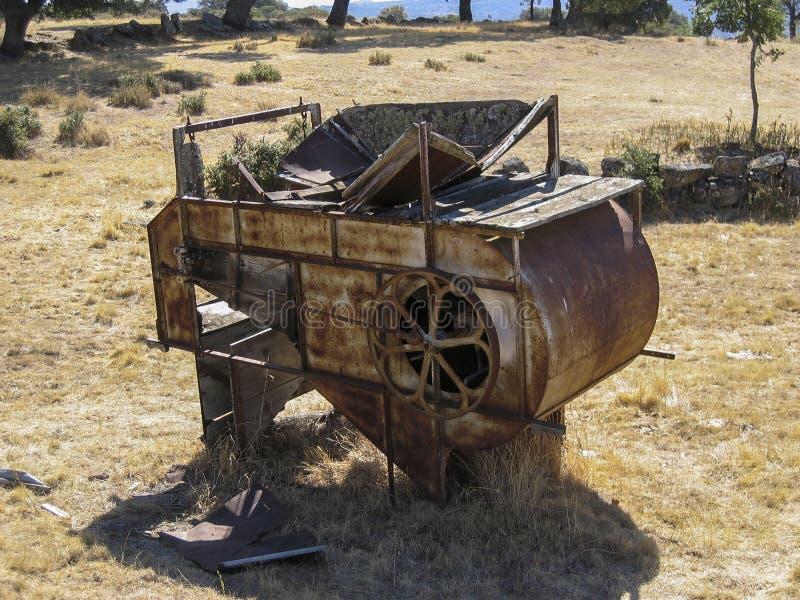 Получившийся отказ молотильщик в поле стоковое фото rf