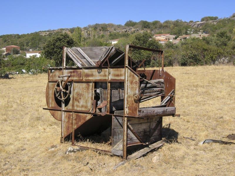 Получившийся отказ молотильщик в поле стоковое фото
