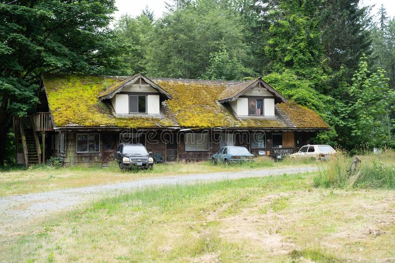 Получившийся отказ парк RV деревни глуши с vegetated крышей стоковые фото