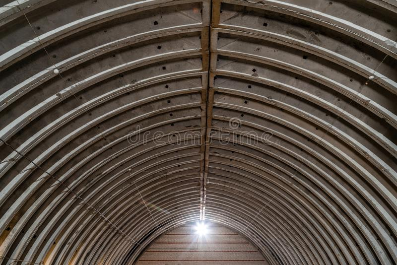 Получившийся отказ пустой склад, старая деревенская структура металла с толем металла, интерьером старого коммерчески здания фабр стоковые фото