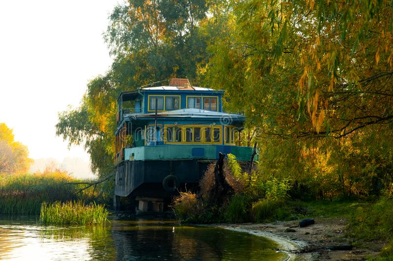 Получившийся отказ старый корабль на береге реки стоковое фото rf