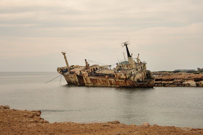 Получившийся отказ старый корабль около cyprian мелкого побережья стоковая фотография