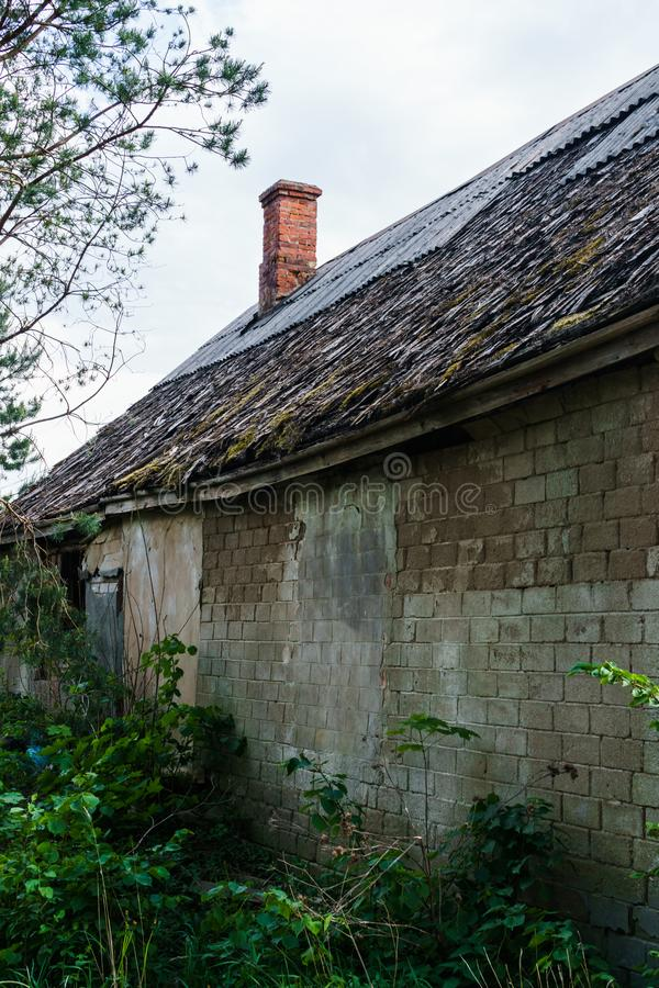 Получившийся отказ, упаденный отделенный дом в сельской местности Отверстия в крыше и стенах стоковые фотографии rf