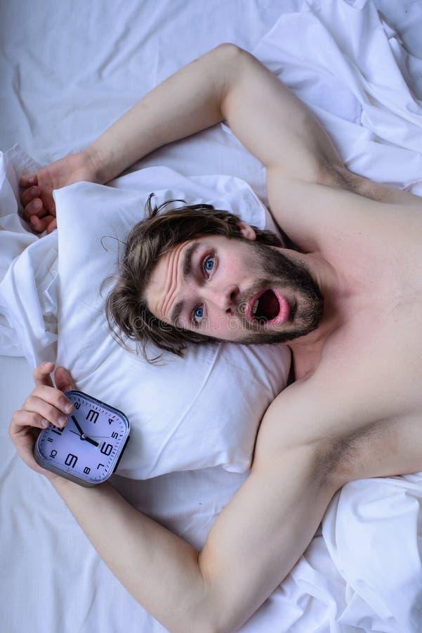 Получите вверх по подсказкам раннего утра Oversleep снова Самая грубая часть выходить утра просто кровати Удивленное небритое чел стоковые фотографии rf
