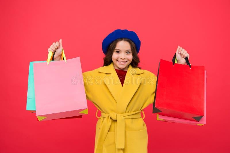 Получите главный шкаф освежите с продажами весны в магазинах Хозяйственных сумок владением ребенк девушки предпосылка милых красн стоковые изображения rf