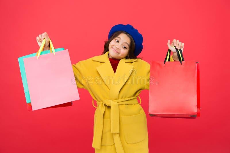 Получите главный шкаф освежите с продажами весны в магазинах Преследованный с покупками Красный цвет хозяйственных сумок владение стоковая фотография rf