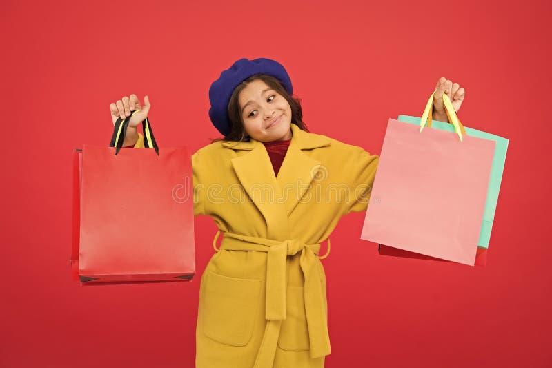 Получите главный шкаф освежите с продажами весны в магазинах t Красный цвет хозяйственных сумок владением ребенк девушки милый стоковые фото
