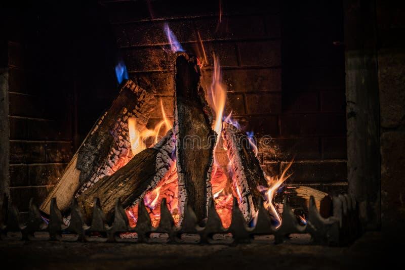 Получите огонь идя, фото камина близкое поднимающее вверх стоковые изображения rf