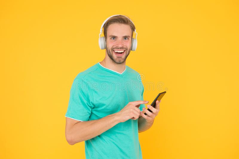Получите подписку семьи музыки Человек слушает наушники и смартфон музыки современные t E стоковые изображения