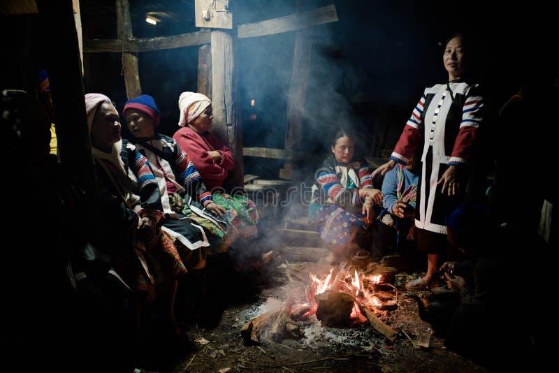 Получите теплый от древесины огня стоковые фото