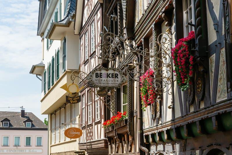 Полу-timbered дома с античным подписывают внутри старый городок Линца am Rhein, Германии стоковое изображение