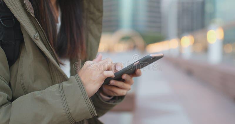Польза женщины умного телефона, части тела jack зимы женщины нося стоковые изображения