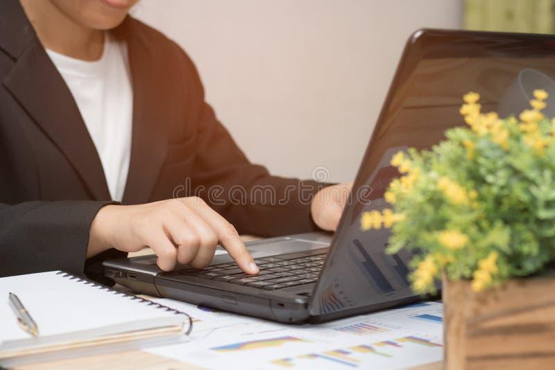 Польза коммерсантки и работа на тетради в офисе, концепции как стоковая фотография rf