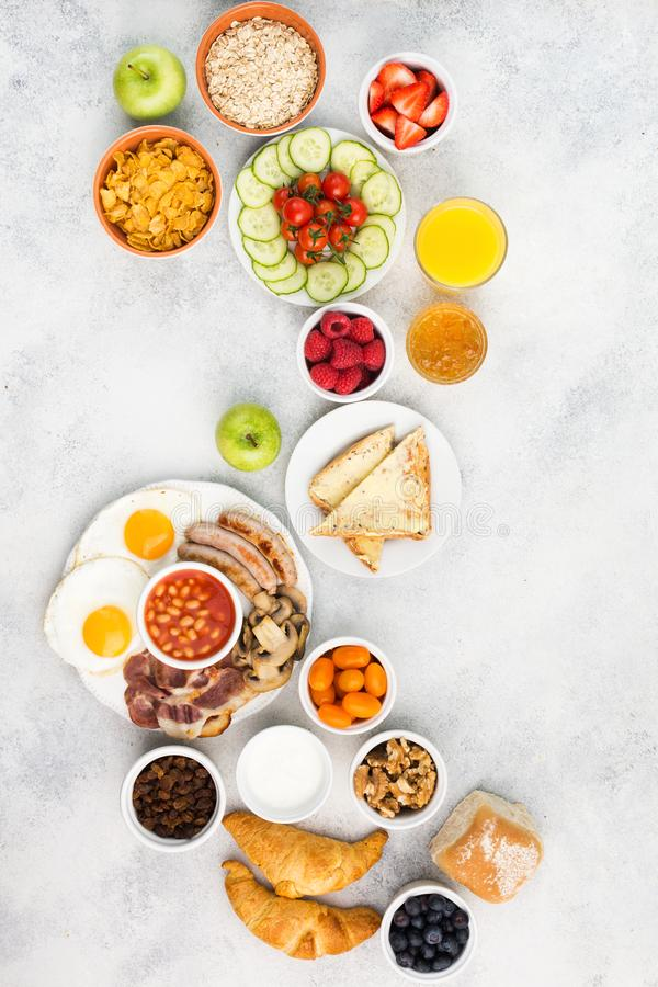 Польностью английский завтрак, яичка, бекон, сосиски, хлебы и плодоовощи стоковая фотография