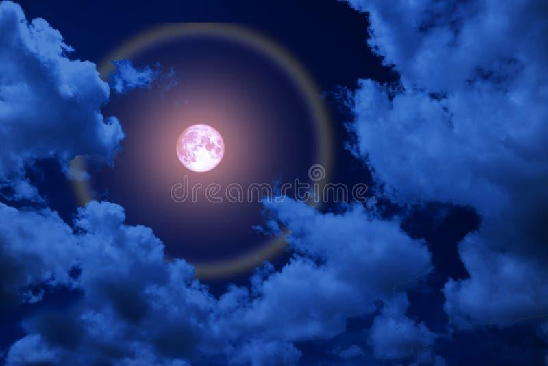 польностью розовый венчик луны, луна и красочный луч подпирают облако ночи стоковая фотография