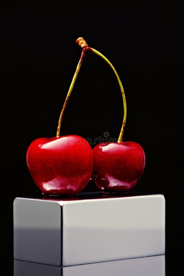Польская вишня на покрытом хромом плинтусе на черной предпосылке стоковая фотография rf