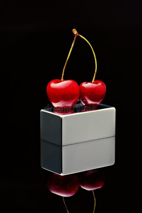 Польская вишня на покрытом хромом плинтусе на черной предпосылке стоковое изображение rf