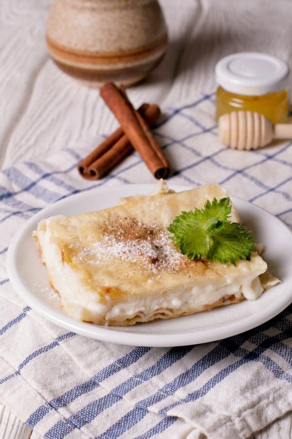 Польский кремовый пирог сделанный 2 слоев печенья слойки, заполненных с взбитой сливк стоковые фото