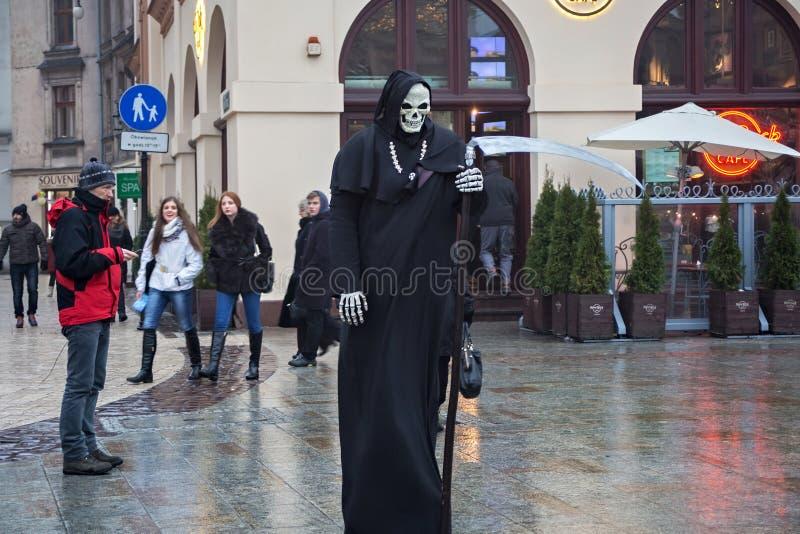 ПОЛЬША, КРАКОВ - 1-ОЕ ЯНВАРЯ 2015: Живущая статуя в изображении смерти на главным образом рыночной площади в oldtown стоковое изображение rf