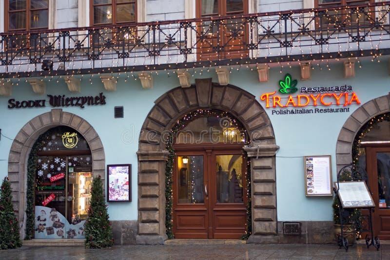 ПОЛЬША, КРАКОВ - 1-ОЕ ЯНВАРЯ 2015: Рестораны в историческом p стоковое изображение rf