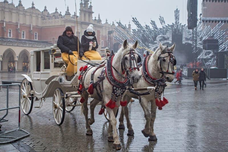 ПОЛЬША, КРАКОВ - 1-ОЕ ЯНВАРЯ 2015: Экипажи лошади в oldtown в первом дне Нового Года 2015 стоковые фото