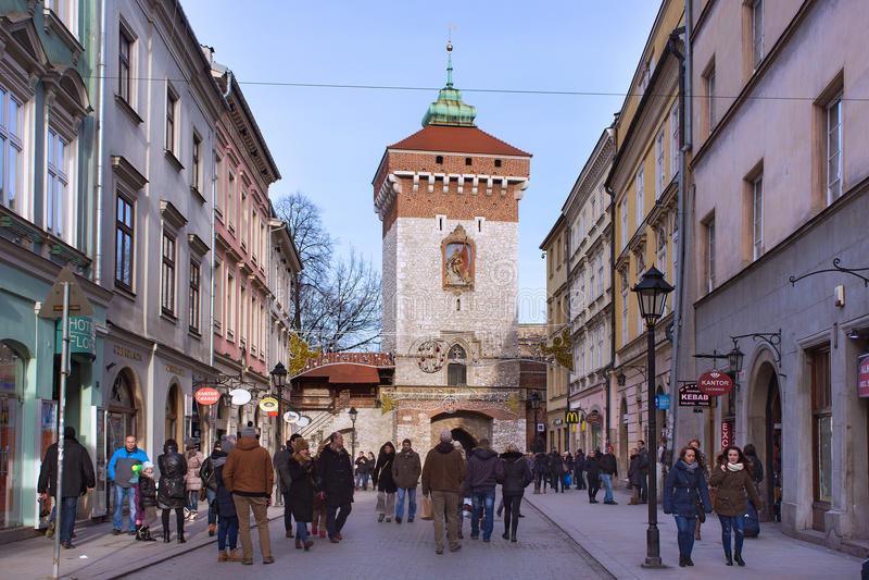 ПОЛЬША, КРАКОВ - 3-ЬЕ ЯНВАРЯ 2015: Средневековая башня строба Florian на зиме в исторической части городка стоковая фотография rf