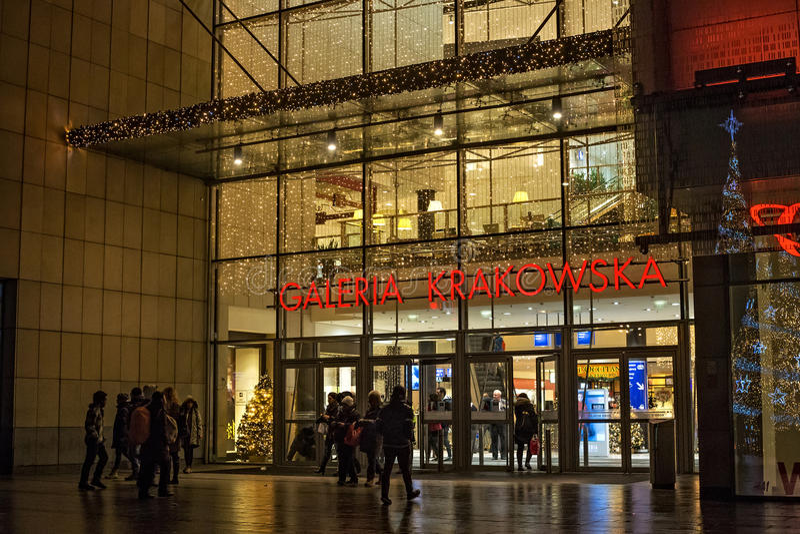 ПОЛЬША, КРАКОВ - 3-ЬЕ ЯНВАРЯ 2015: Galeria Krakowska на вечере зимы стоковое фото rf