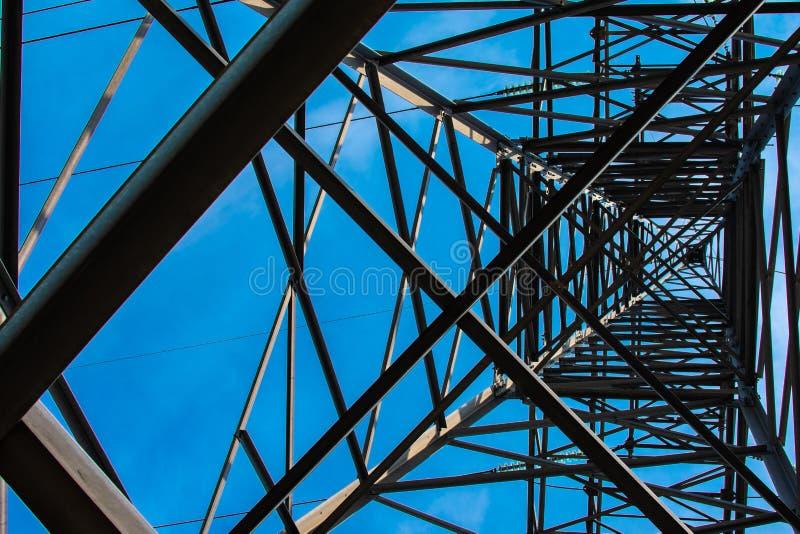 Поляк металла с электрическими проводами стоковое изображение