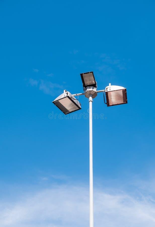 Поляк приведенный лампы под ясным голубым небом стоковые изображения rf