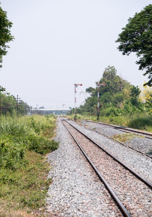 Поляк светофора в железнодорожном дворе стоковое фото
