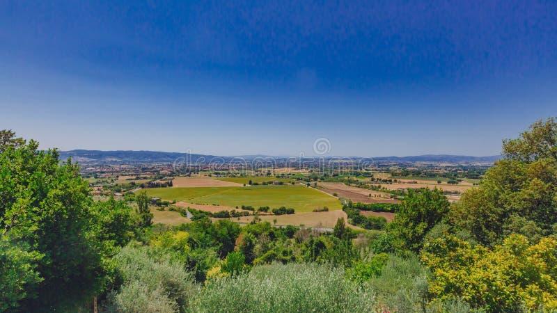 Поля и ландшафт около Assisi, Италии стоковое изображение rf